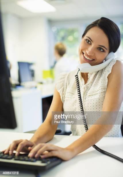 Geschäftsmann Arbeiten am Schreibtisch im Büro