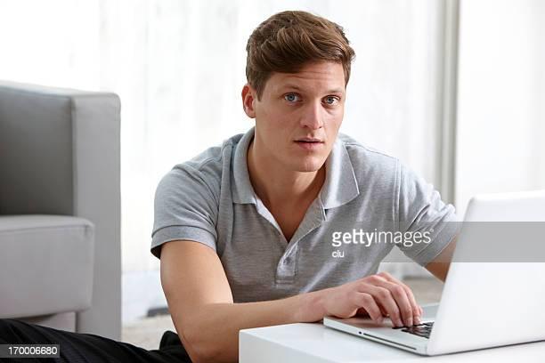 Geschäftsmann Arbeiten am laptop