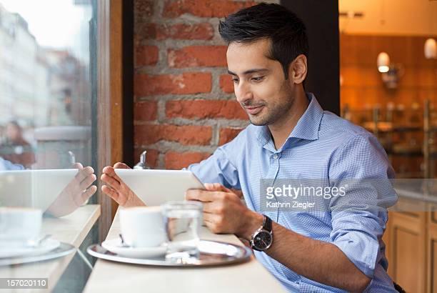 businessman working in a caf?