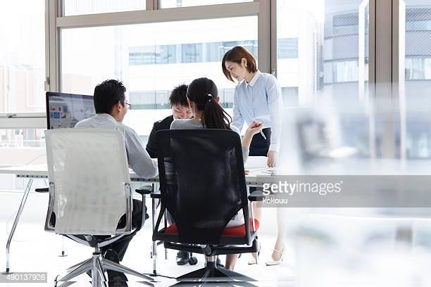 Homme d'affaires travaillant dans le lieu de travail