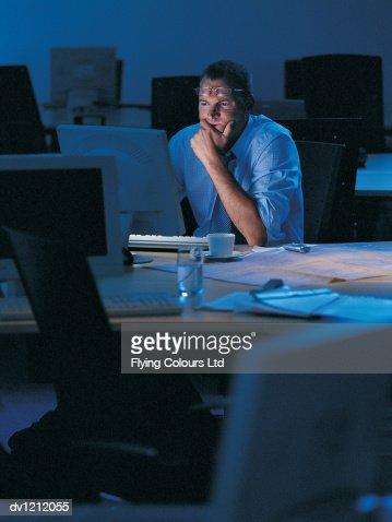 Businessman Working Late in a Dark Office : Foto de stock