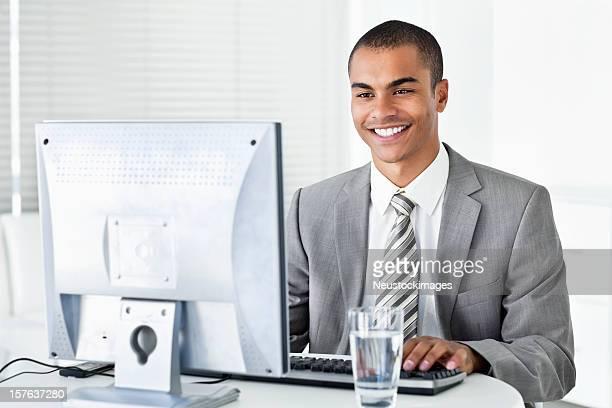 Geschäftsmann Arbeiten auf seinem Computer