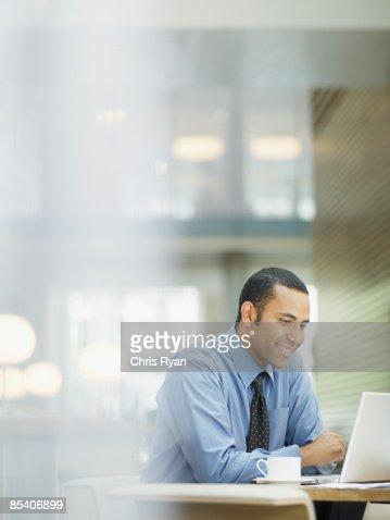 ビジネスマンのラップトップで仕事するカフェ