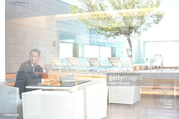 Uomo d'affari che lavorano su computer portatile nella lobby dell'hotel