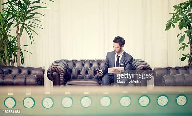 Uomo d'affari che lavora sul divano