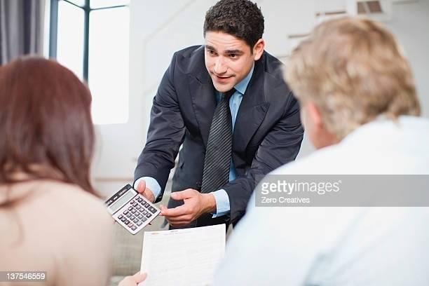 Geschäftsmann arbeiten mit Paar