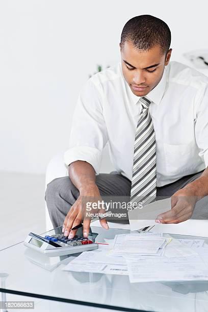 Homme d'affaires travaillant avec des numéros