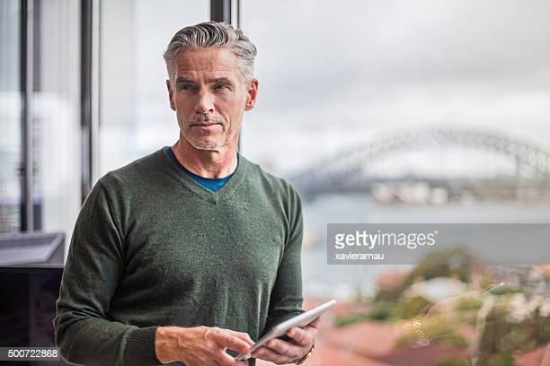 Homme d'affaires travaillant avec une tablette numérique de bureau