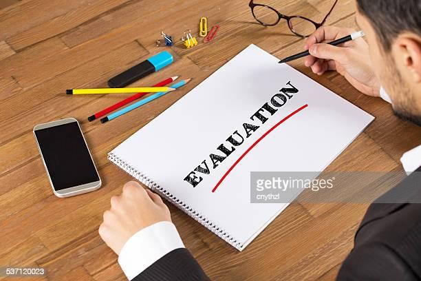 Empresário escrevendo avaliação