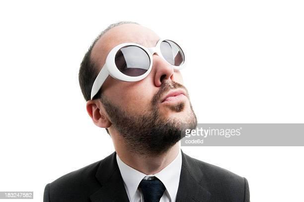 Empresário com grandes Óculos de sol, olhando para cima, pensando