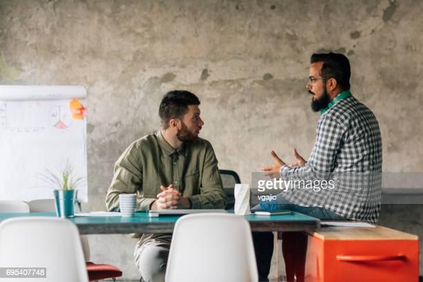 Geschäftsleute, die Zusammenarbeit im Büro