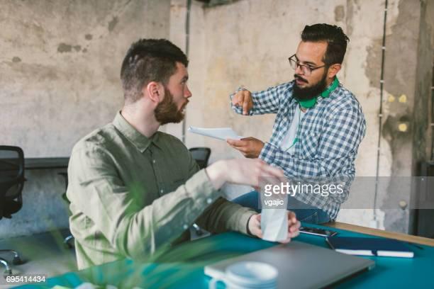 Unternehmer, die im Büro arbeiten.