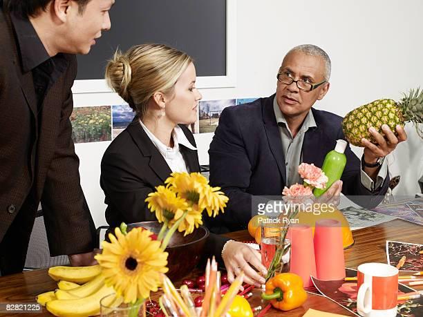 Geschäftsleute diskutieren, Obst und Themen im Tagungsraum