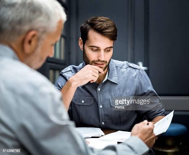 Hommes d'affaires discuter sur les documents de travail