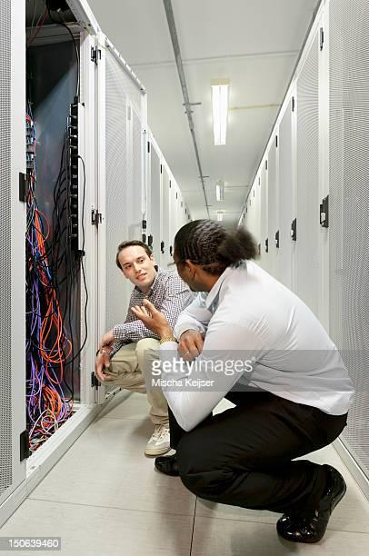Examiner câbles sur serveur hommes d'affaires