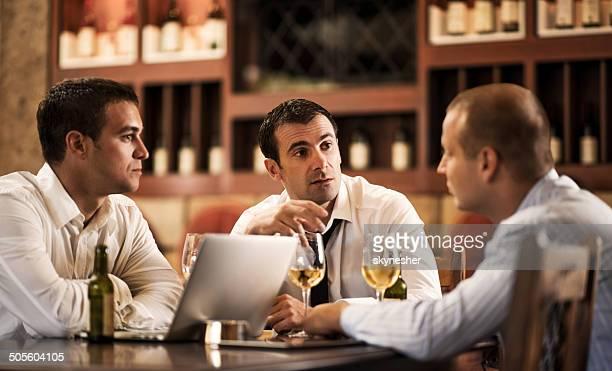 Empresarios en un bar después del trabajo.