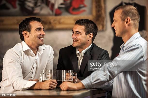 Empresarios en un bar.