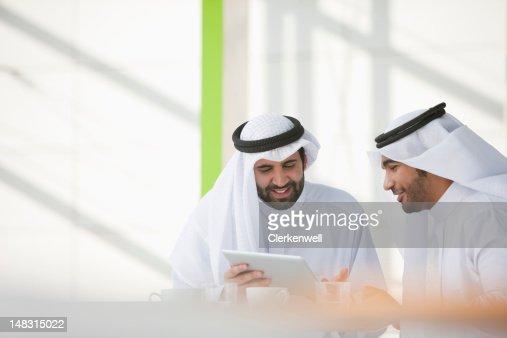 ビジネスマンの kaffiyehs デジタルタブレットを使用して、