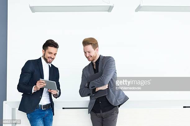 Hommes d'affaires à la recherche à une tablette informatique