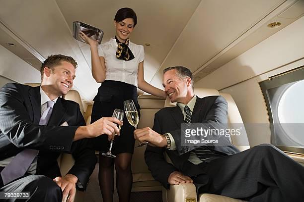Hommes d'affaires de Vol avec champagne