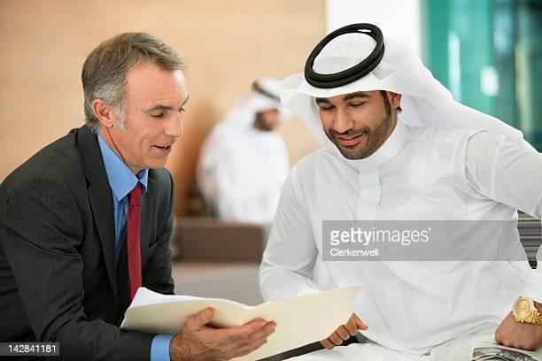 Geschäftsleute Überprüfen von Unterlagen in den Meetingräumen