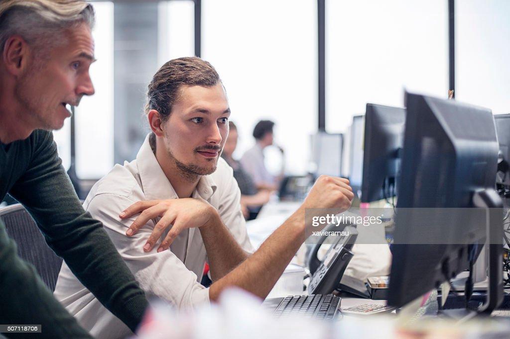 """Uomini d """" affari esaminando alcune finanziari lavoro : Foto stock"""