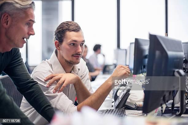 """Uomini d """" affari esaminando alcune finanziari lavoro"""