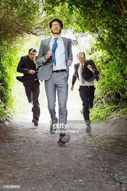 Hommes d'affaires de course sur rural road