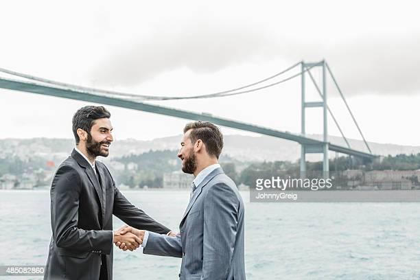 Hommes d'affaires se serrant la main sur le Bosphore