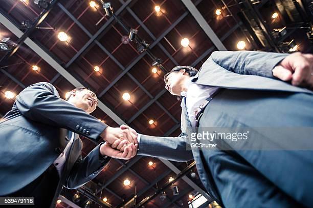 実業家握手をするの契約を取得します。