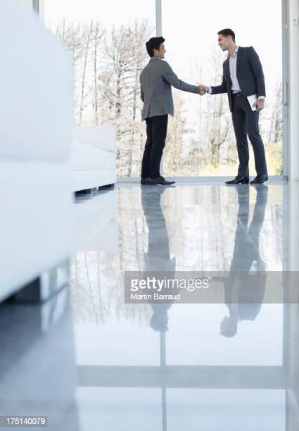 ビジネスマンに手を振るオフィス