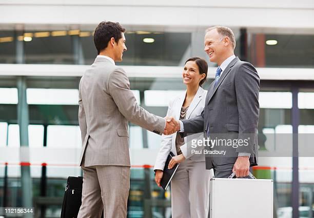 Hommes d'affaires se serrant la main à l'extérieur