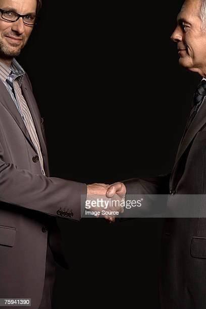A dar um aperto de mão