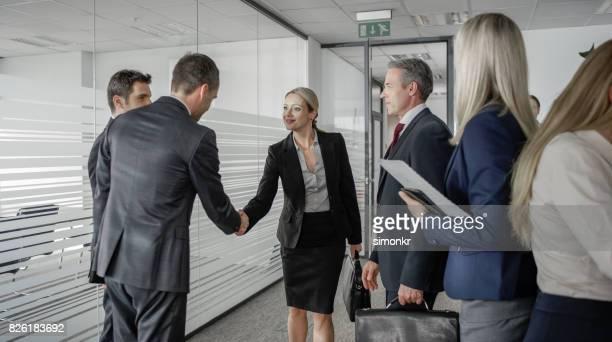 Hommes d'affaires, serrant la main de femmes d'affaires avant la réunion