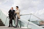 Empresarios de pie sobre una escalera