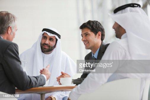 ビジネスマンで話している会議
