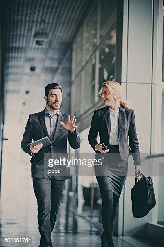 Uomini d'affari parlando nel corridoio di lavoro
