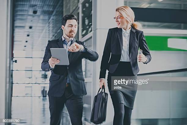Geschäftsleute sprechen im Büro-Korridor