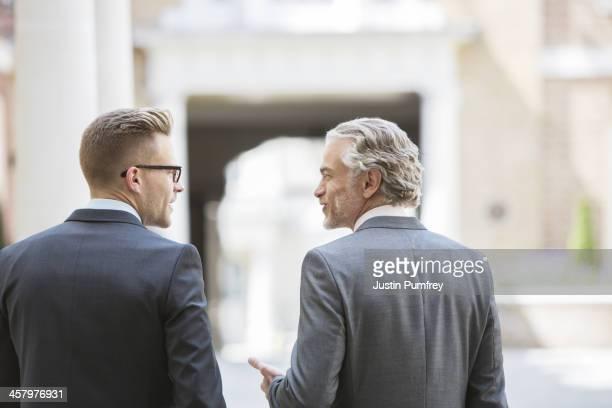 Geschäftsleute sprechen auf Stadt-Straße
