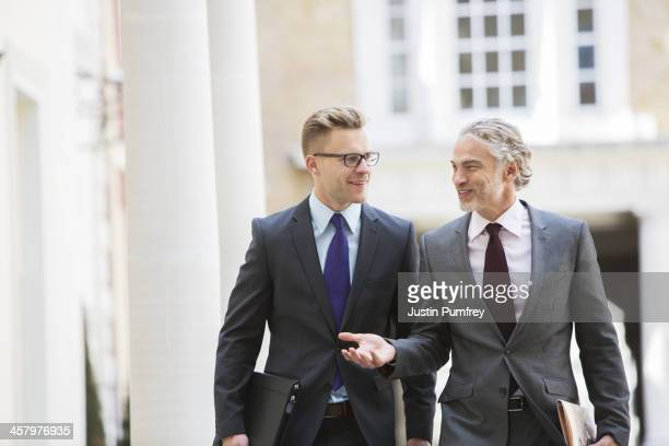 Uomini d'affari parlando all'aperto