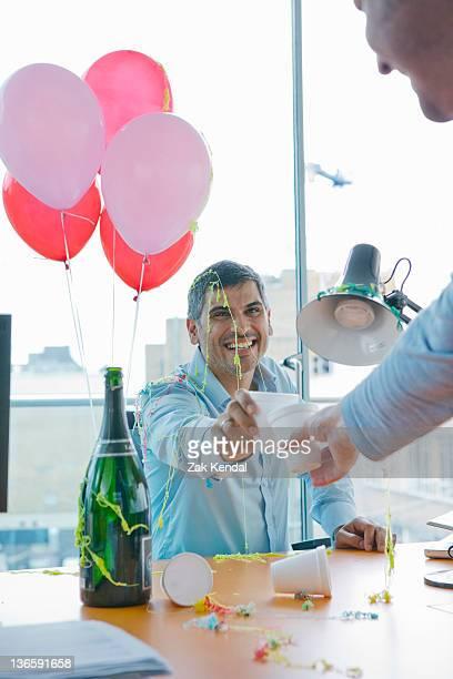 Empresarios brindis en fiesta en la oficina