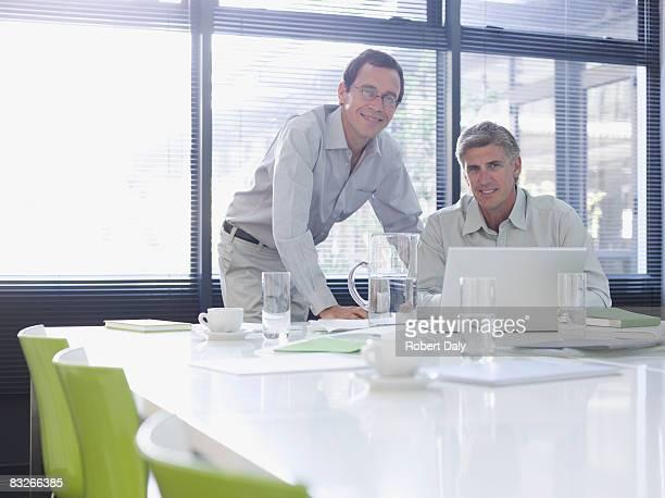 Hommes d'affaires travaillant dans la salle de conférence