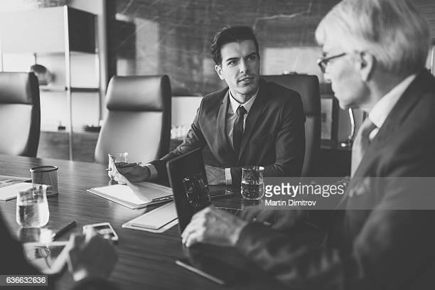 Geschäftsleute arbeiten im Büro