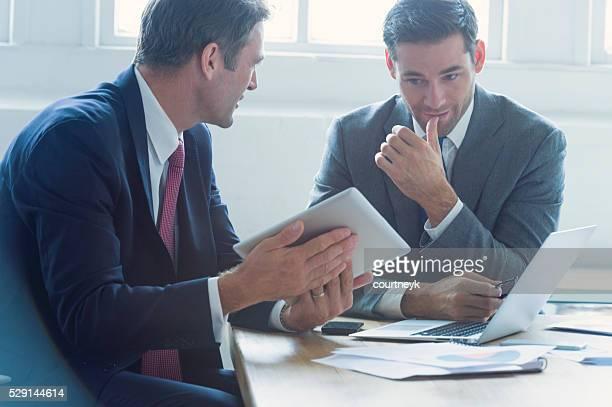 実業家一緒に働くデジタルタブレットます。