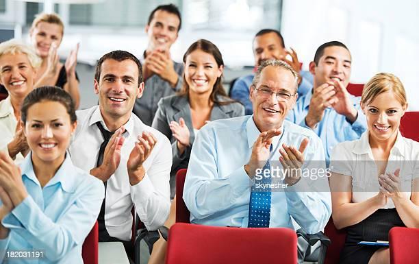 Gli uomini d'affari applaudire nel corso del seminario.