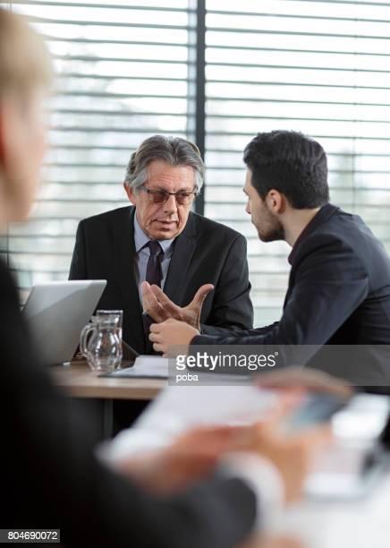 Gens d'affaires ont rencontre au Restaurant