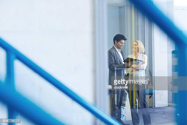 Los empresarios tener una conversación en oficina