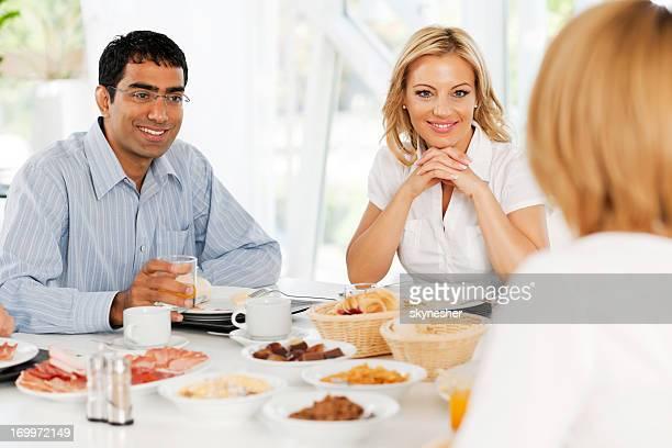 Los empresarios tener un almuerzo.