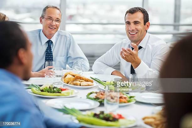 Hommes d'affaires ayant un déjeuner d'affaires.
