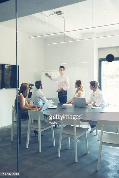 Hommes d'affaires ayant une réunion au bureau.